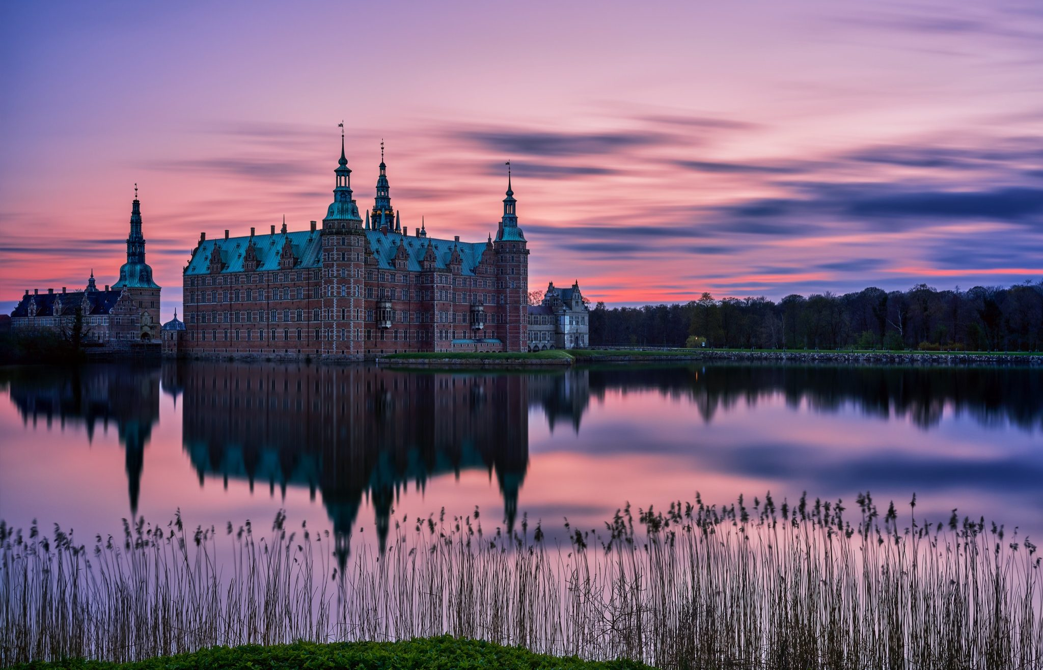 Frederiksborg Slot en aften i april 2017. Frederiksborg Castle an evening in April 2017.